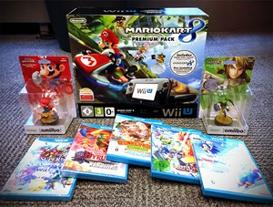 "Wii U (Premium Pack) inklusive ""Mario Kart 8"", ""Donkey Kong Country: Tropical Freeze"", ""Super Smash Bros. for Wii U"", ""Hyrule Warriors"" und ""Mario & Sonic bei den Olympischen Spielen"". Zusätzlich gibt es zwei Amiibo-Sammelfiguren."