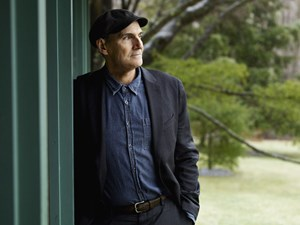 "Mit Songs wie ""Fire and Rain"" seit den 70ern Inbegriff des sensiblen,  introspektiven Singer-Songwriters: James Taylor."