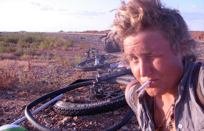 frau fährt nackt fahrrad