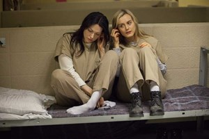 "Laura Prepon (links) und Taylor Schilling in der Netflix-Serie ""Orange Is the New Black""."