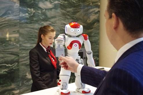 Europa hat seinen ersten Roboter-Rezeptionisten - Reisen aktuell ...
