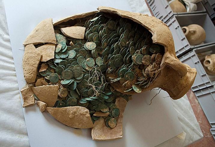 Amphoren Mit Einer Halben Tonne Antiker Münzen Ausgegraben