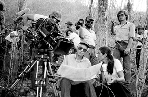 """Looking in a camera I feel always fearless"": Haskell Wexler und Pamela Yates auf dem Set von ""Latino"" in Nicaragua, 1984."