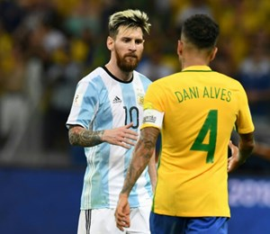 Man kennt einander: Lionel Messi und Dani Alves.