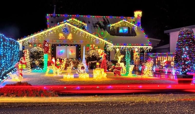 Kitschige Weihnachtsbeleuchtung.Grelle Nacht Heilige Nacht Was Halten Sie Von