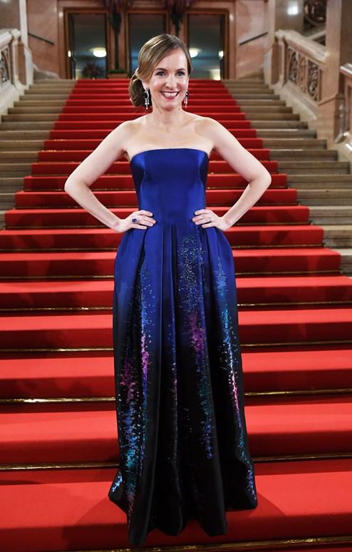 Kein lokaler Designer: Maria Großbauer in Kleid von Armani - Mode ...