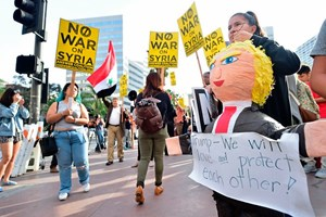 Demonstration gegen den von Donald Trump angeordneten Luftangriff in Syrien in Los Angeles.