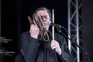 Blixa Bargeld und seine Band in Krems: Greatest Hits mit festinstalliertem Krachinstrumentarium.