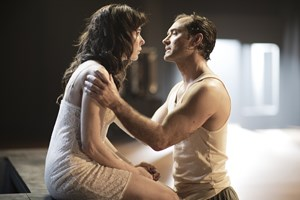 "Halina Reijn und Jude Law in ""Obsession""."