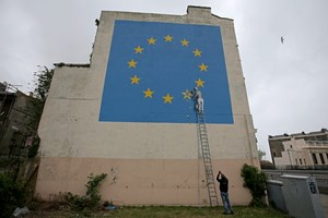 So stellt der Graffitikünstler Bansky in London den Brexit dar.