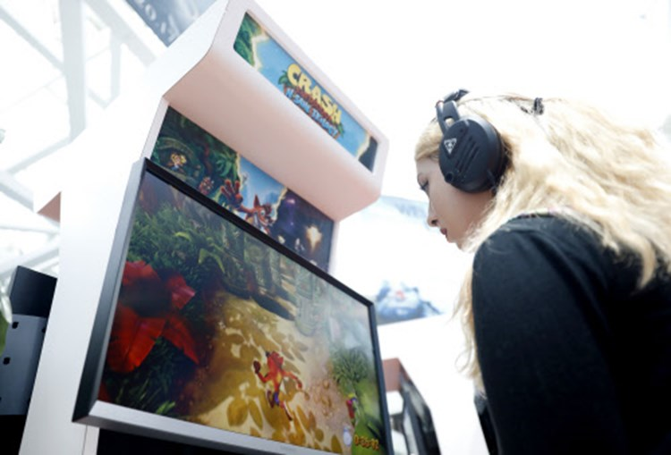 Mob gekrnkter Mnner terrorisiert Gaming Ladies-Event