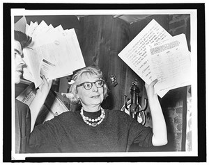 Protest von unten: Jane Jacobs, Vorsitzende des Committee to save the West Village, präsentiert im Dezember 1961 das Ergebnis ihrer Recherchen. Das West Village wurde gerettet.