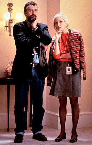 "Conrad ""Mr. Fix-It"" Brean (R. De Niro) und die Präsidentenberaterin Winifred Ames (A. Heche) in ""Wag the Dog""."