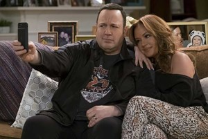 Kevin James und Leah Remini.