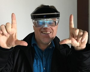 "Robert Scoble beim Ausprobieren der Augmented-Reality-Brille ""Meta""."