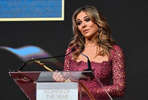 "Schauspielerin Elizabeth Hurley mit dem Award ""Woman fighting Cancer"""