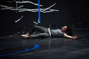 "Szene aus Lisa Hinterreithners Tanzperformance ""Pink tape – yellow tape – black tape – Repeat!""."