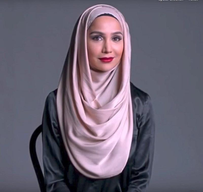 Hijab Frauen Kennenlernen - Menna F. trägt ihren Niqab voller Stolz