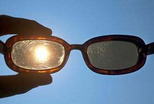 0185bec320b1e0 Die Sonne kann die Netzhaut im Auge verbrutzeln. Deshalb sollte man niemals  direkt in die