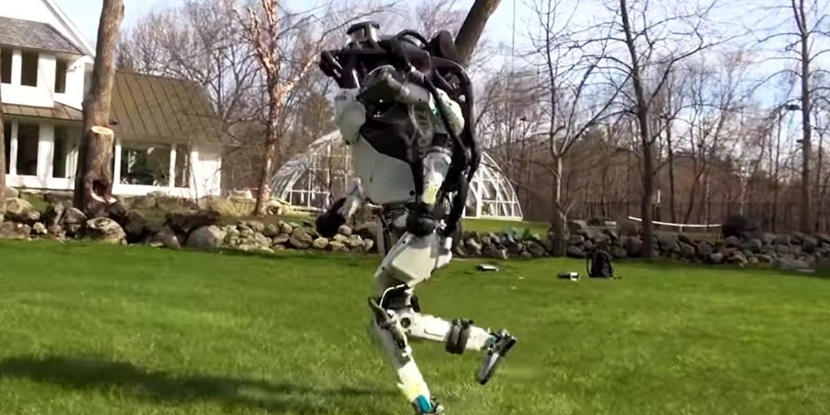 Boston Dynamics: Roboter laufen auf zwei Beinen und schlagen Salti