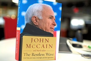 "John McCains Buch ""The Restless Wave"" ist am Dienstag in den USA erschienen."