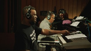 "Robert Glasper und Herbie Hancock in ""Blue Note Records: Beyond the Notes""."