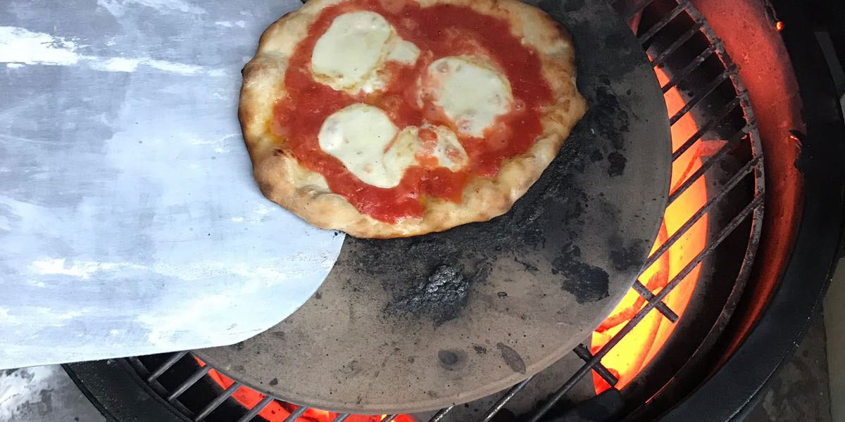 pizza backen im grill gru aus der k che lifestyle. Black Bedroom Furniture Sets. Home Design Ideas