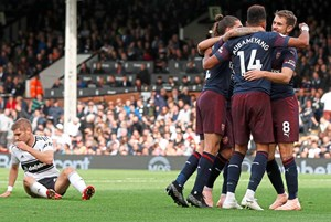 Arsenal jubelt, Fulham am Boden.