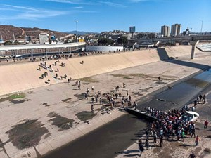 Usa Stoppen Migranten An Grenze Zu Mexiko Mit Tranengas Mexiko