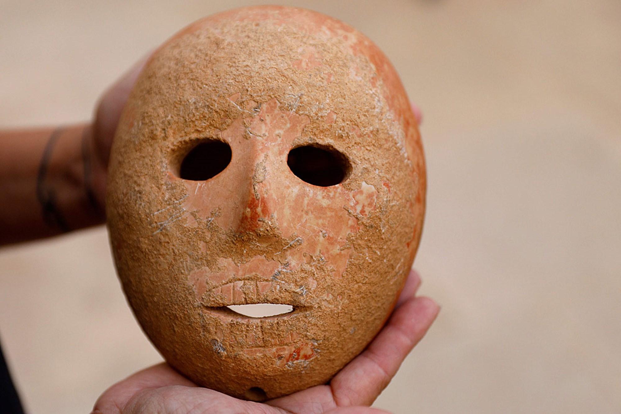 9.000 Jahre alte Steinmaske im Westjordanland entdeckt