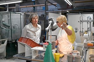 Theresa May besuchte am Montag eine Fabrik in Stoke-on-Trent.