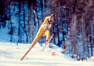 Skirennfahrer Franz Klammer 1975 in Aktion.