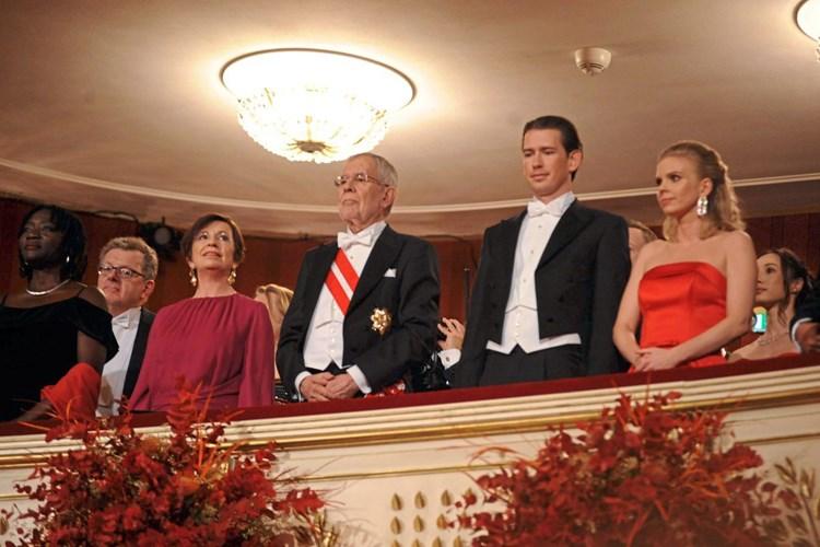 Zwei Opernstars Und Eine Gegluckte Hebefigur Beim Opernball In