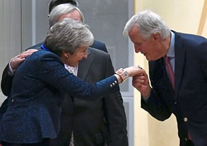 Michel Barnier mit Theresa May in Brüssel.