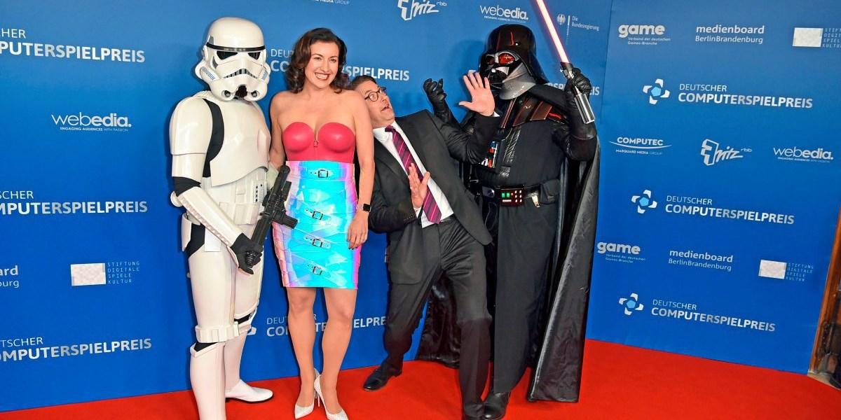 Deutsche Ministerin Dorothee Bär mit Latex-Outfit bei Berliner Gala