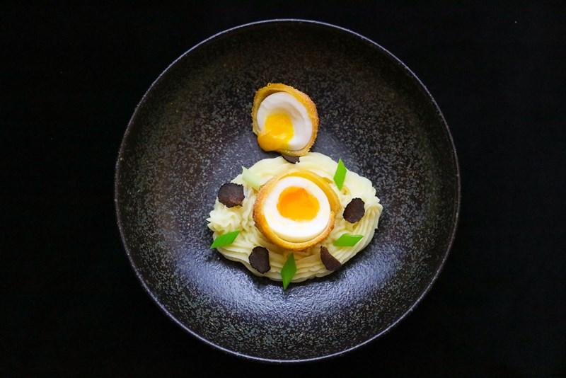 Gebackenes Ei auf getrüffeltem Erdäpfelpüree zum Osterfrühstück