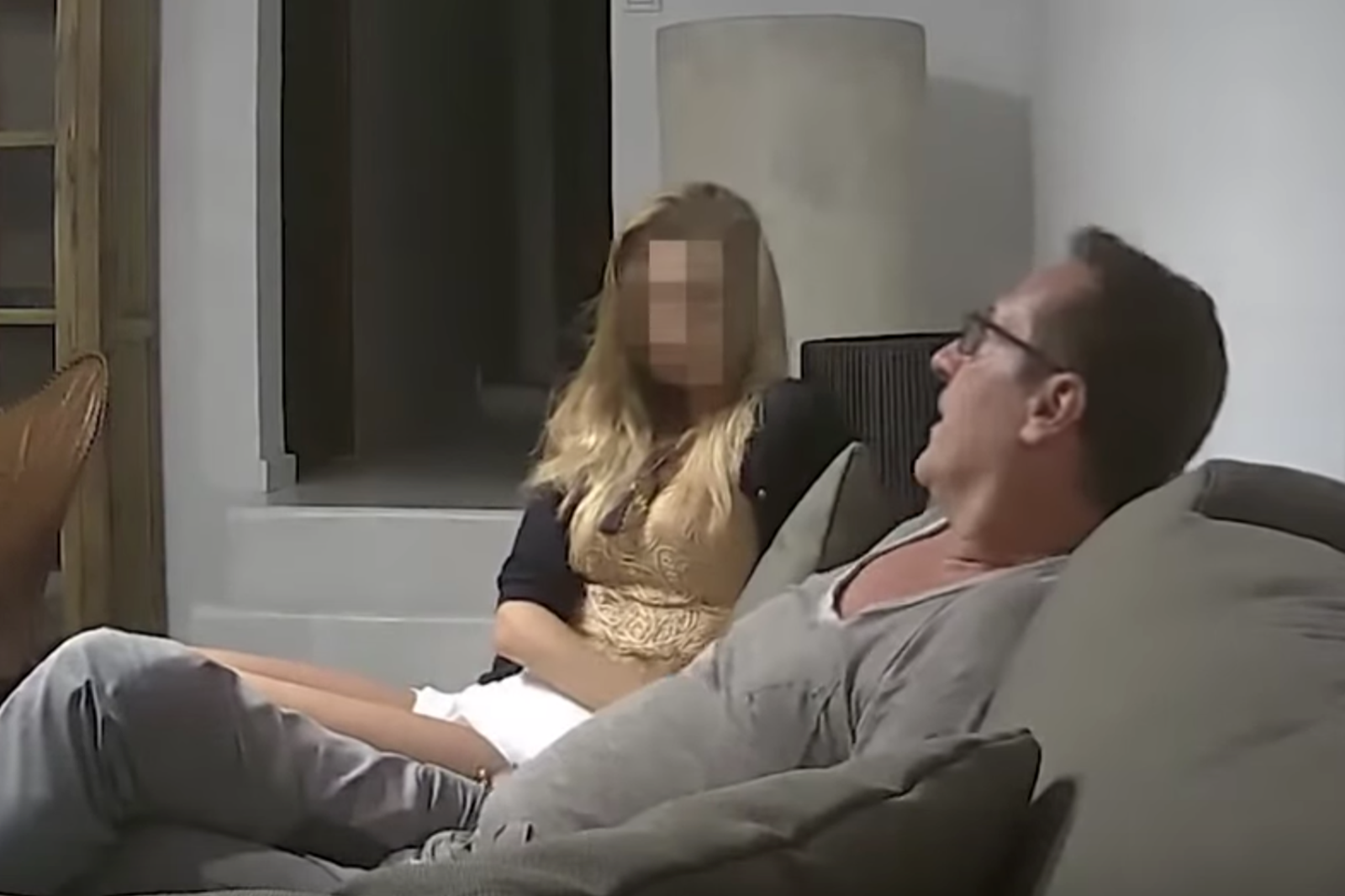 So finden Sie versteckte Kameras in ihrem Airbnb-Appartement