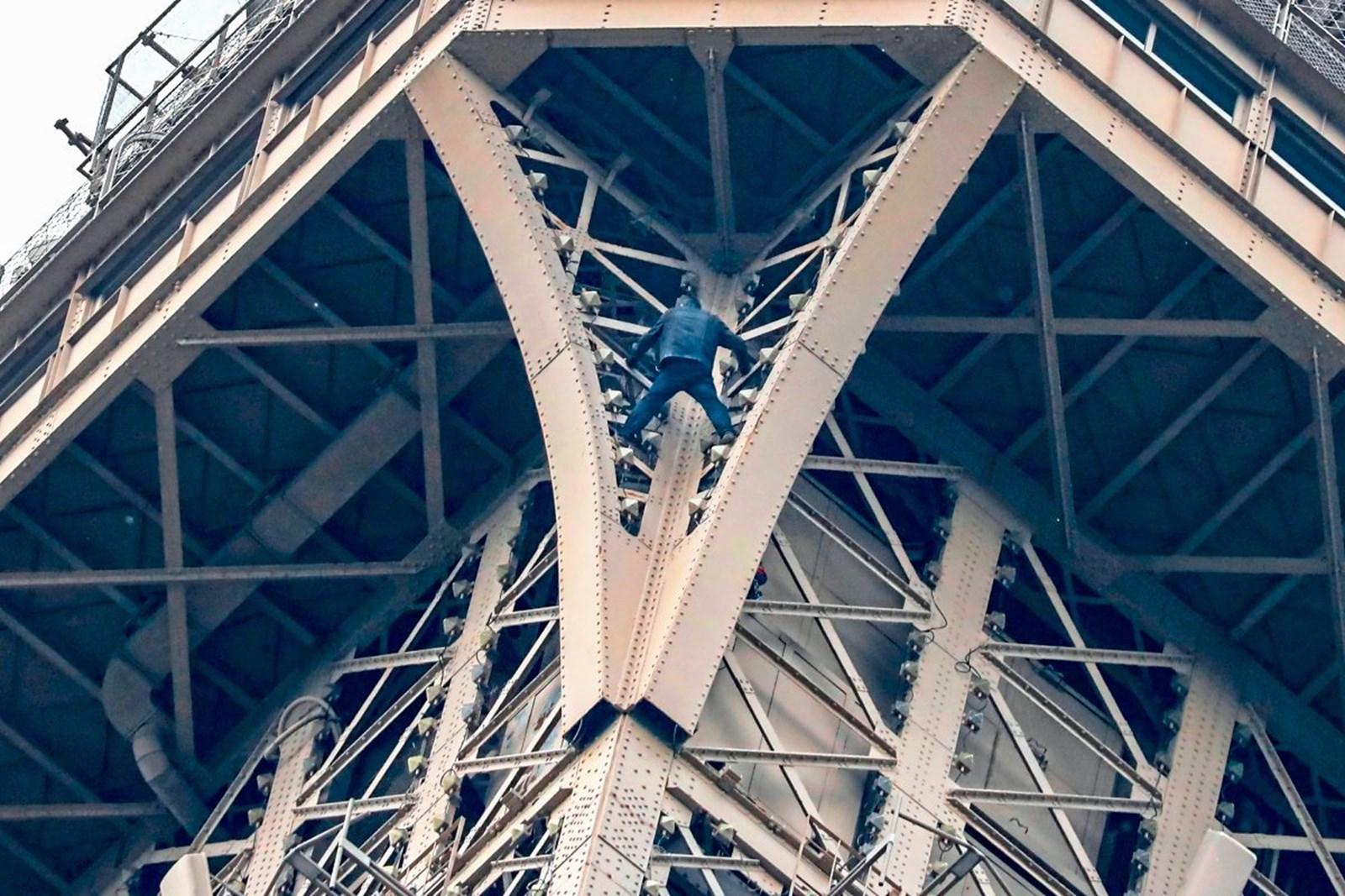 Eiffelturm in Paris wegen Kletterers gesperrt