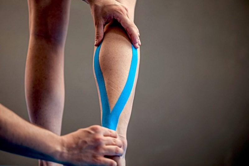 Tapen: Pinke Pflaster gegen Schienbeinschmerzen