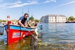 Amsterdams Touristen fischen nach Plastik