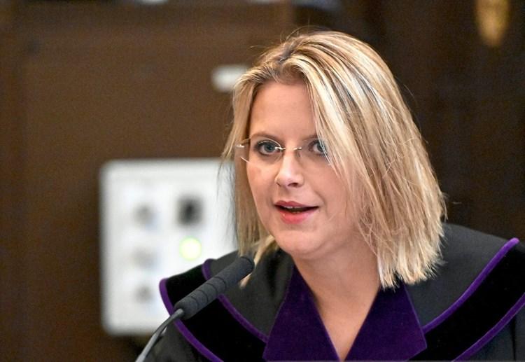 Ehemann Von Buwog Richterin Wegen Grasser Tweets Bestraft Telekom Und Buwog Derstandard At Wirtschaft