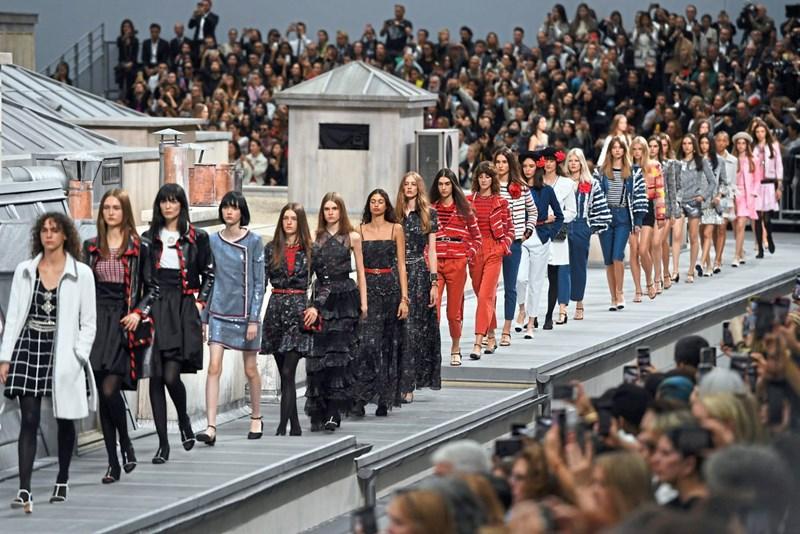Chanel zeigte Mode auf den Dächern von Paris bei Fashion Week