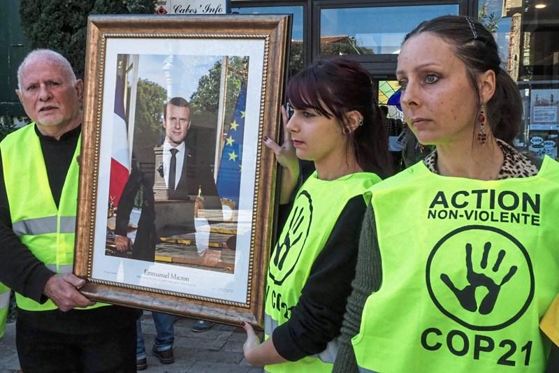 Macrons Porträt wird in Massen abgehängt