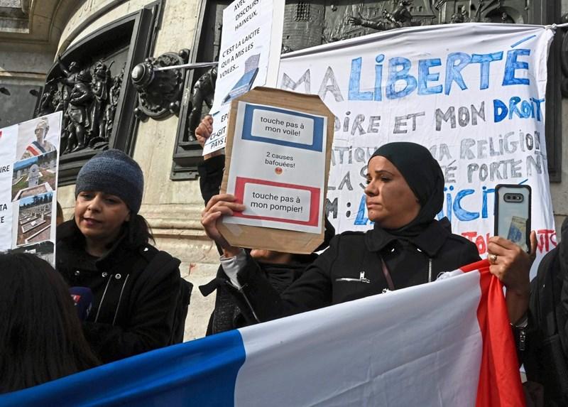 Messerattacke in Paris entfacht neue Kopftuchdebatte