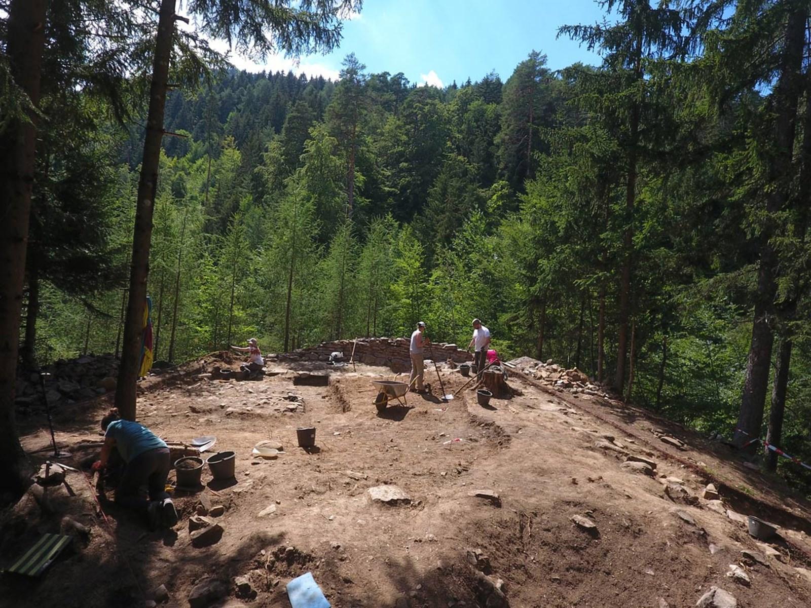 """Forscher finden Artefakte auf """"heiligem Hügel"""" in Osttirol"""