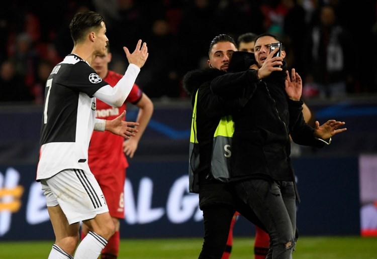 Ronaldo von Platzstürmern in Leverkusen mäßig begeistert