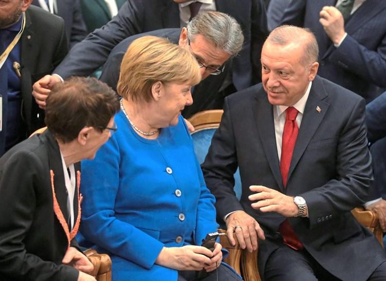 Merkel sagt Erdoğan finanzielle Unterstützung für Flüchtlinge zu