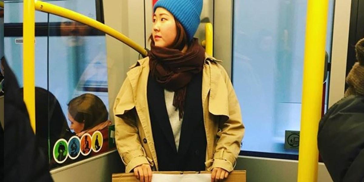 """""""Ich bin kein Virus"""": Wienerin setzt in U-Bahn mit Schild Zeichen gegen Rassimus"""