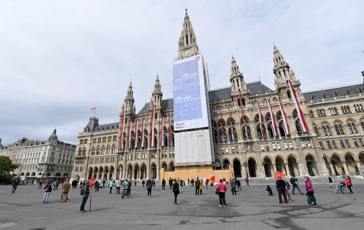 1. Mai: Wiener Rathausplatz so gut wie leer, FPÖ und SPÖ ...