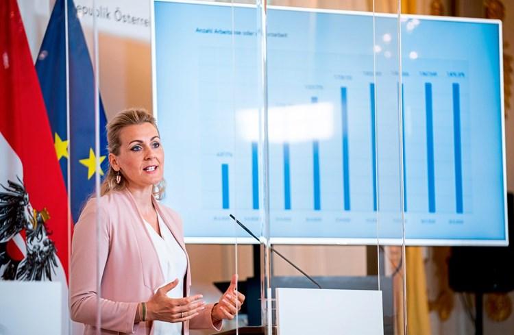 Ministerin Christine Aschbacher Das Nette Politische Fliegengewicht Wirtschaftspolitik Derstandard At Wirtschaft